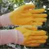 La metà ha tuffato il guanto giallo del lavoro industriale di colore dei guanti del nitrile