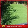 Decoración artificial del césped de la hierba de alfombra con el jardín natural que ajardina la hierba