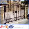 装飾的で黒い金属の庭ゲート
