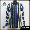女性は青いしまのあるV首のセーターを作る