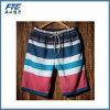 Gli uomini adattano i pantaloni stampati della spiaggia di svago