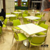 白い固体表面のレストランのダイニングテーブルの上