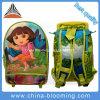 Kinder, die fahrbare Laufkatze zurück zu Schule-Rucksack-Beutel rollen