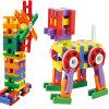 Crianças que constroem os brinquedos (pequenos)