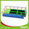 Trampoline discontado interno do equipamento do salto dos miúdos para o edifício de corpo