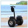 Posição elétrica de 2 rodas acima do trotinette para o mar ou a praia