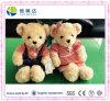 Le couple bourré par jouet de peluche d'ours de nounours porte les jouets mous de gosses
