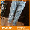Le donne hanno strappato i pantaloni di estate della mutanda del denim della mutanda dei jeans