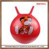 As crianças saltam o Bouncer inflável da esfera