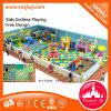 Campo de jogos interno do labirinto colorido dos doces ajustado para miúdos