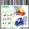 La plastica del supermercato scherza il carrello di acquisto con l'automobile del giocattolo dei bambini