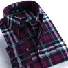 人のフランネルの格子縞の長い袖のワイシャツ