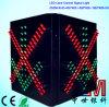 Luz de sinal do controle da pista de tráfego da estação do pedágio com cruz vermelha & a seta verde
