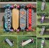Abwärts 4 Rad-Straße, die langes Vorstand-Skateboard tanzt