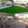 Aménagement de la pelouse artificielle d'herbe pour la cour de jeu d'enfants