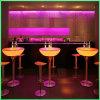 O diodo emissor de luz ilumina acima tabelas da parte superior da barra elevada de tabelas de cocktail
