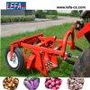 Il trattore montato lavora la mietitrice alla macchina della patata dolce (AP-90)