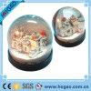 Casa plástica do globo um da neve da foto para dentro