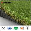 Suelo artificial de la hierba del verde que pone del césped sintético al aire libre del jardín