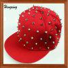 平らなピーク赤いリベットの急な回復の帽子