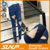 Le donne hanno strappato i vestiti dei pantaloni del denim dei pantaloni dei jeans