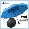 يطوي سيارة مظلة مفتوحة قريبة زرقاء لأنّ صامد للريح