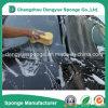 Gelbes Farben-Auto, das haltbaren Meerespflanze-Schaumgummi säubert