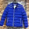 青い若者のパッドを入れられたジャケットの人は長持ちする