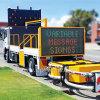 1대의 광고 널 트럭은 변하기 쉬운 메시지 표시 트럭에 의하여 거치된 Vms를 거치했다