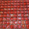 赤いパンの石塀のモザイク・ガラスのタイル