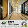 A maioria de painel de parede de madeira da área pública popular do hotel (EMT-F2016)