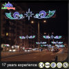 通りのモチーフライトを渡るクリスマスの休日の装飾LED