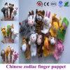 La marionnette chinoise de doigt de zodiaque joue douze animaux de peluche