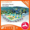 Patio de interior del patio colorido de los niños con la diapositiva