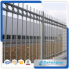 金属の塀または鋼鉄塀または鉄の塀か囲うか、または庭の塀