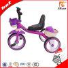 A cor roxa caçoa a bicicleta do triciclo com cesta