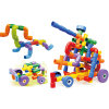 Kinder, die Spielwaren aufbauen
