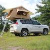 屋外の折るキャンプの柔らかいシェルの屋根の上のテント