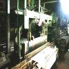 工場で動作する中古のビロードの織機の機械装置