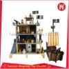 As crianças gostam do brinquedo de madeira da casa de boneca da série dos piratas