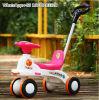 O passeio do bebê de 4 rodas no plástico do carro do brinquedo caçoa o brinquedo