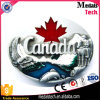 eine Kanada-Ahornholz-Gürtelschnalle mit weichem Decklack
