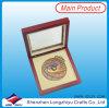 Esmalte de cobre amarillo del color de las medallas con el caso de madera