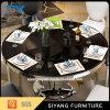 円形の黒い大理石の上の金属のダイニングテーブル