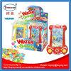 L'estate scherza il gioco dell'acqua del giocattolo con la caramella
