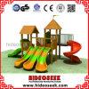 Деревянное оборудование спортивной площадки с пластичным скольжением