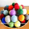 La Navidad colorida de la decoración de la bola del fieltro de las lanas