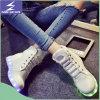 白いハイヒールの靴LEDの靴をひもで締めなさい