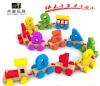 O carro de madeira brinca brinquedos das crianças