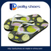 L'estate calda calza la cinghia di plastica della decorazione per il sandalo